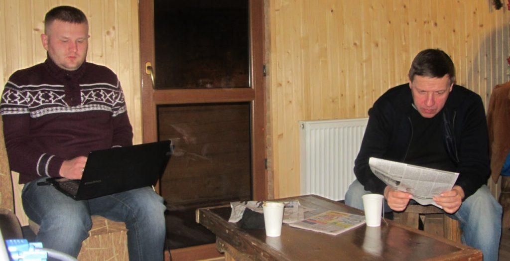 Двоє з ноутбуком Фонд RIA